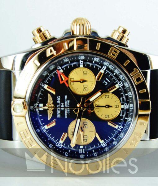 Begagnad-Breitling-Chronomat-CB042012-18-gummi-svart-front-liggande